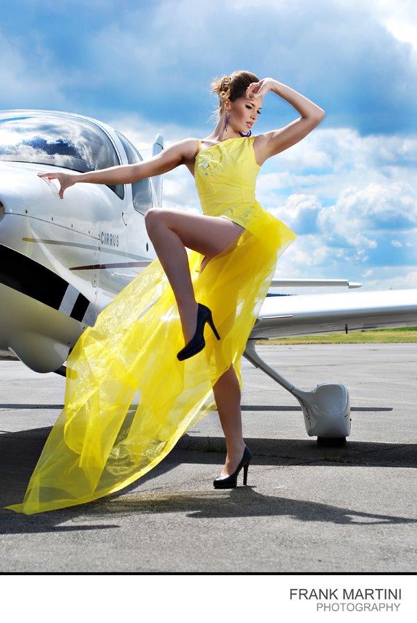 Designerkleidung-am-Flughafen-mit-Modell-Janina